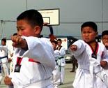 灾区儿童在练跆拳道