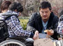 李亚鹏给助养孩子送披萨