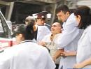 悲痛的遇难者亲友被医护人员转移