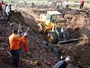 救援人员清理坠机事故现场