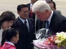 小女孩向克林顿送上一束鲜花